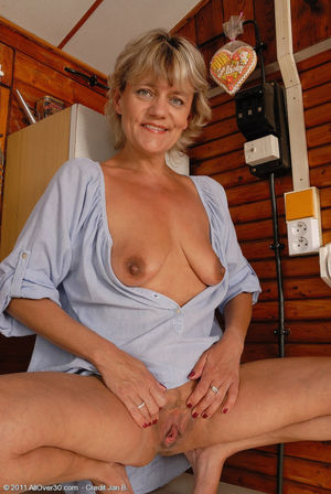 45 year old Sherry D spreads her..