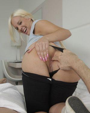 Busty tempter Blondie Fesser tries..