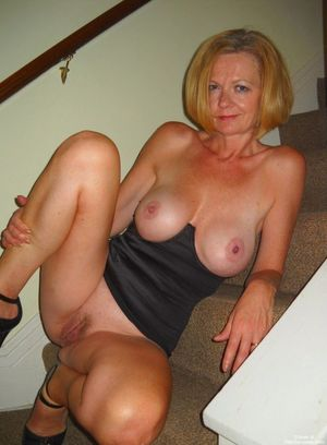 Nude and Busty British mom of social..