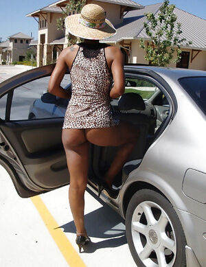 Big ass black mom flashing pussy in..