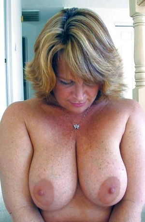 MILFs With Their Tits Out 5 Фото