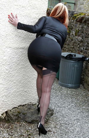 Mini skirt & pantyhose, such a great..