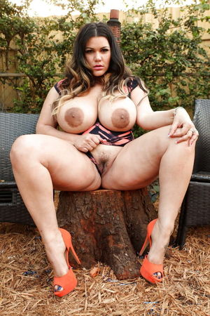 Plump Chubby BBW showing pussy for..