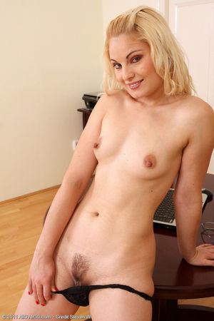 Sexy 30 year old Ionella spreads her..