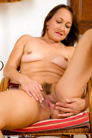 Free Mom Pic - 14 - 47 year old Carla..