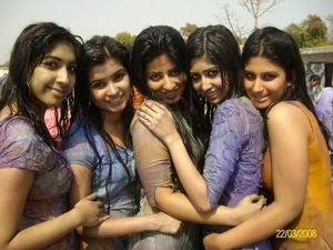 Paki Girls Enjoying Holi Day pic 9
