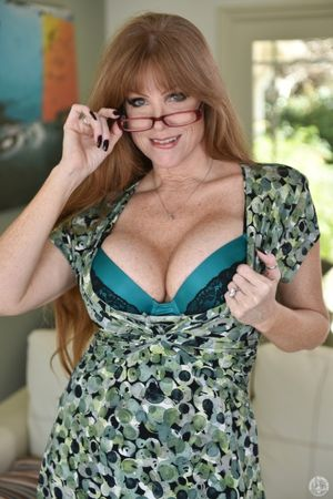 Curvy mature mom Darla Crane uncovers..