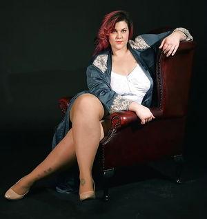 Full thighs in the mini - Pics -..