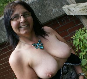 stretchmarks on mature saggy tits 18 -..