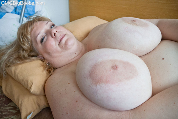 Amateur BBW babe holds her huge titties up on her back - Pic